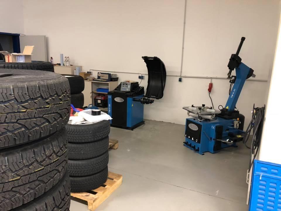 Reifenmontiergerät und Wuchtmaschine für Reifen auf Schwerlastfelgen